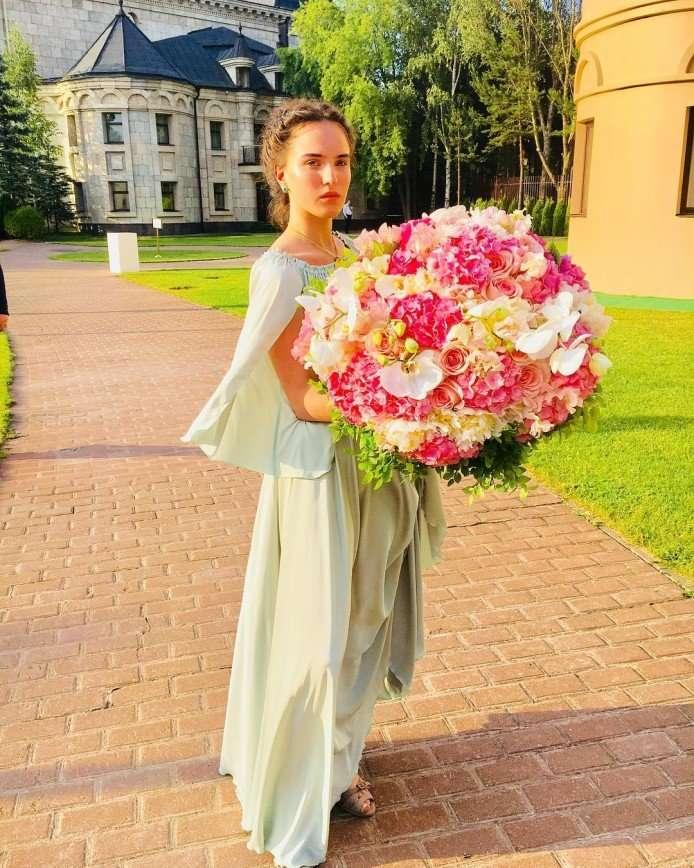 «Круче вас будет»: дочь Ларисы Гузеевой в вечернем платье сразила всех наповал
