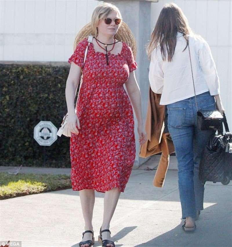 «Бабушкин наряд»: в Сети обсуждают образ беременной Кирстен Данст на прогулке