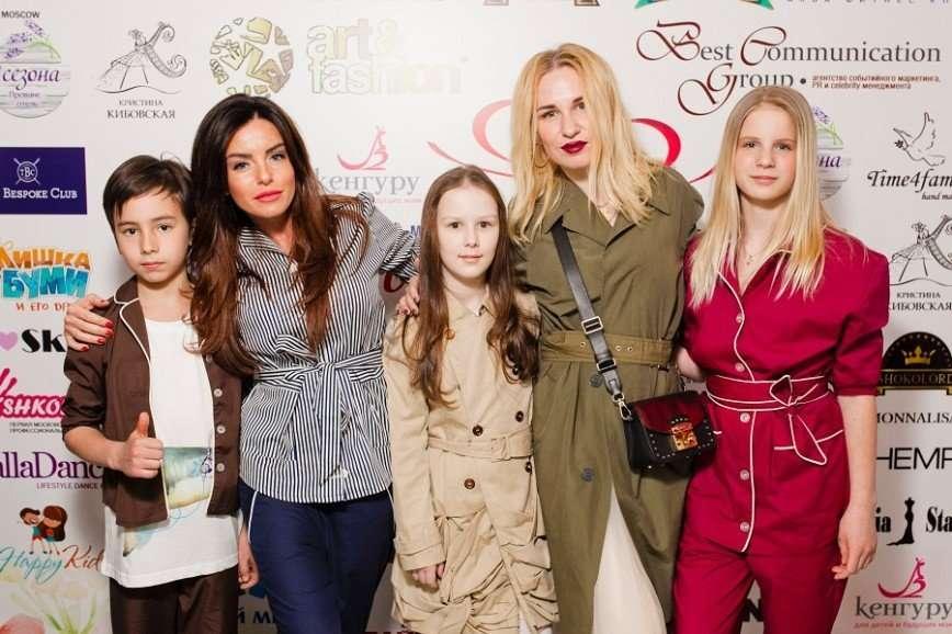 Юлия Волкова вывела в свет своих подросших детей
