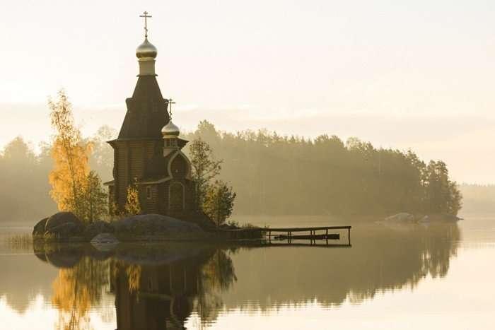 Русская церковь сказочной красоты на острове-скале