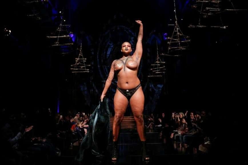 На подиум Недели моды в Нью-Йорке вышли модели, пережившие мастэктомию