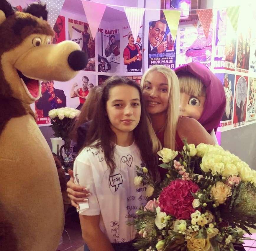 Маша и Медведь и торт с конем: дочь Волочковой отпраздновала 13-летие